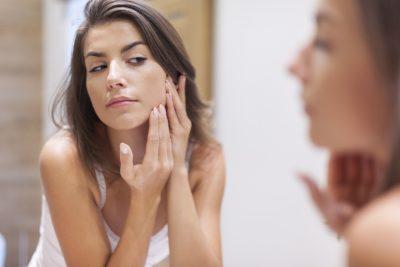 El acné es una enfermedad causada por múltiples factores.