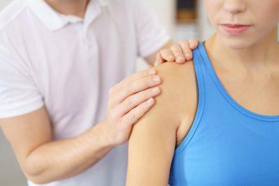 El hombro doloroso suele hacerse más intenso por la noche.