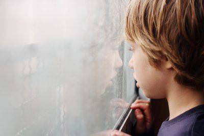 El autismo se manifiesta con alteraciones en varias áreas.