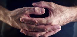 Los síntomas más comunes son: temblores, rigidez de los músculos y lentitud de movimiento.