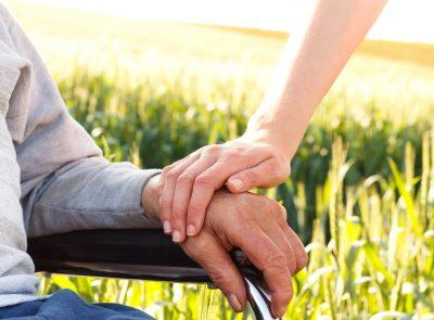 Las personas cuidadoras también deben vigilar su salud.