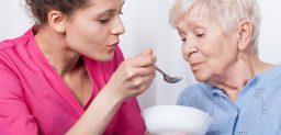La disfagia es más común en personas de edad avanzada.